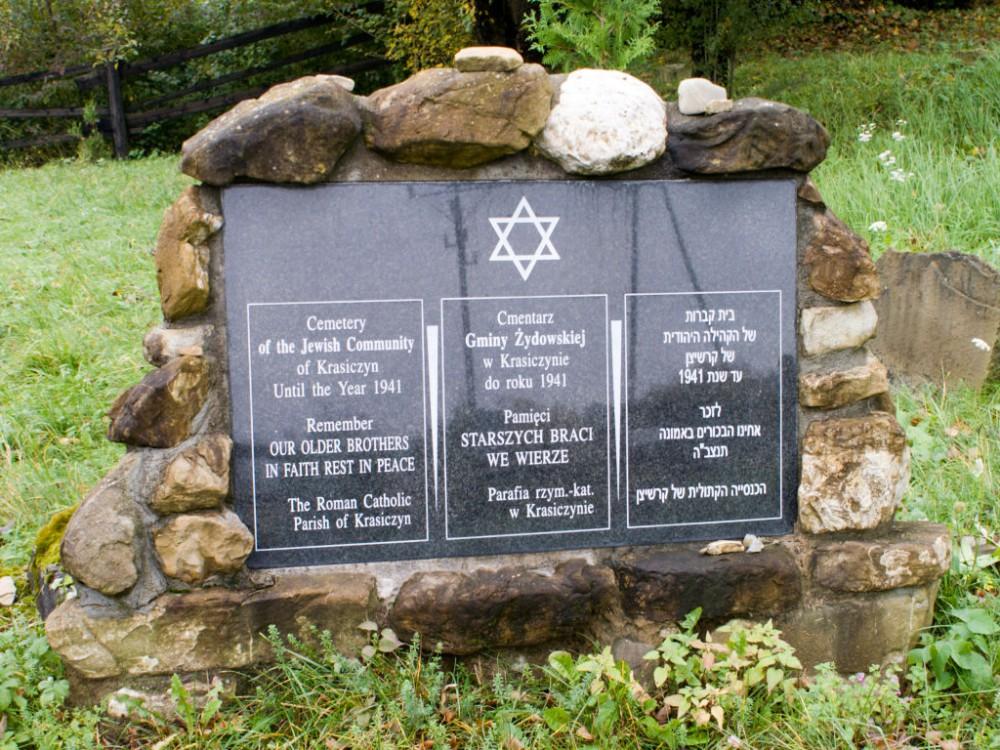 Tablica pamiątkowa na cmentarzu żydowskim w Krasiczynie ufundowana przez tamtejszą parafię rzymskokatolicką