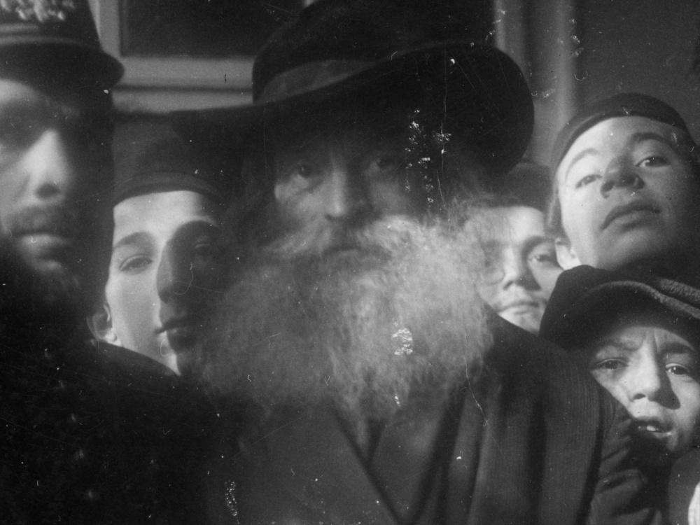 Żyd chasyd trzymany przez policjantów