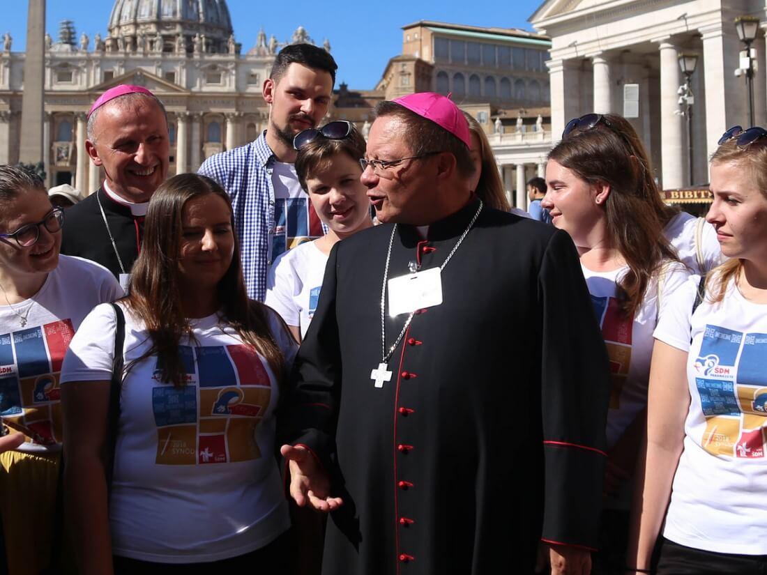 Abp Grzegorz Ryś (w środku) i bp Marek Solarczyk w Watykanie 3 października 2018 r.