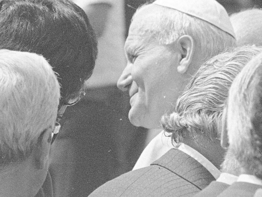 Powitanie papieża Jana Pawła II na lotnisku Okęcie w Warszawie rozpoczynające pierwszą pielgrzymkę do Polski 2 czerwca 1979 r.