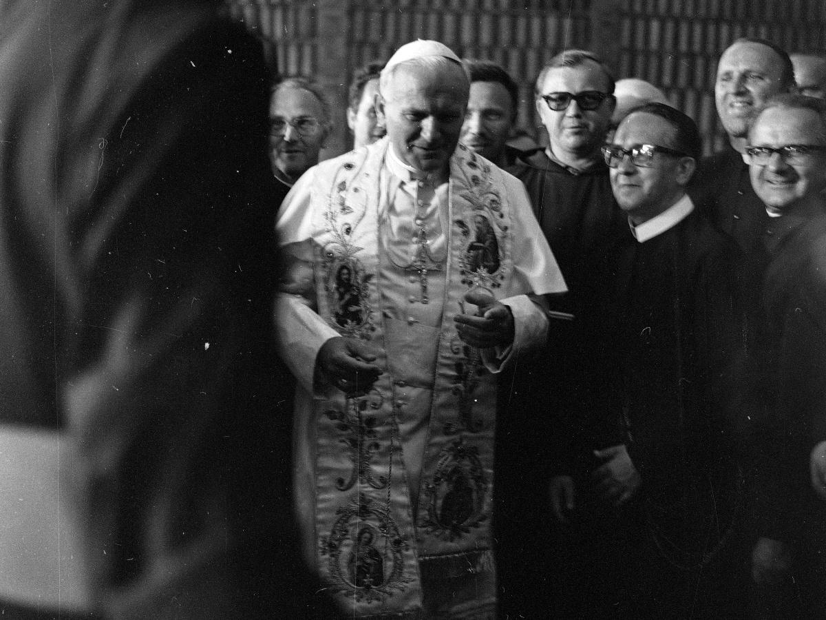 Papież Jan Paweł II podczas spotkania z przedstawicielami zgromadzeń zakonnych w bibliotece jasnogórskiej 4 czerwca 1979 r.