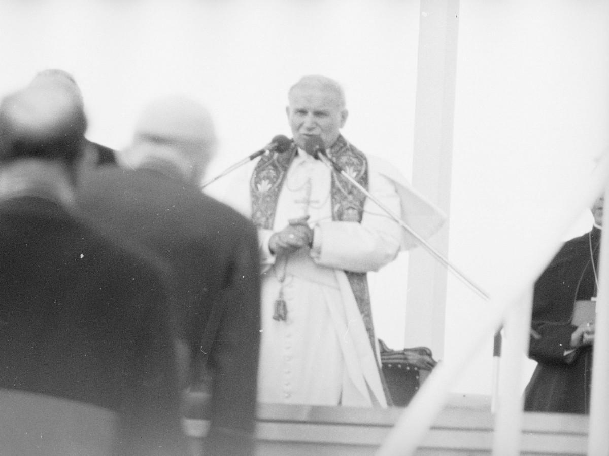 Spotkanie papieża Jana Pawła II z wiernymi w Gębarzewie pod Gnieznem podczas pierwszej pielgrzymki do Polski