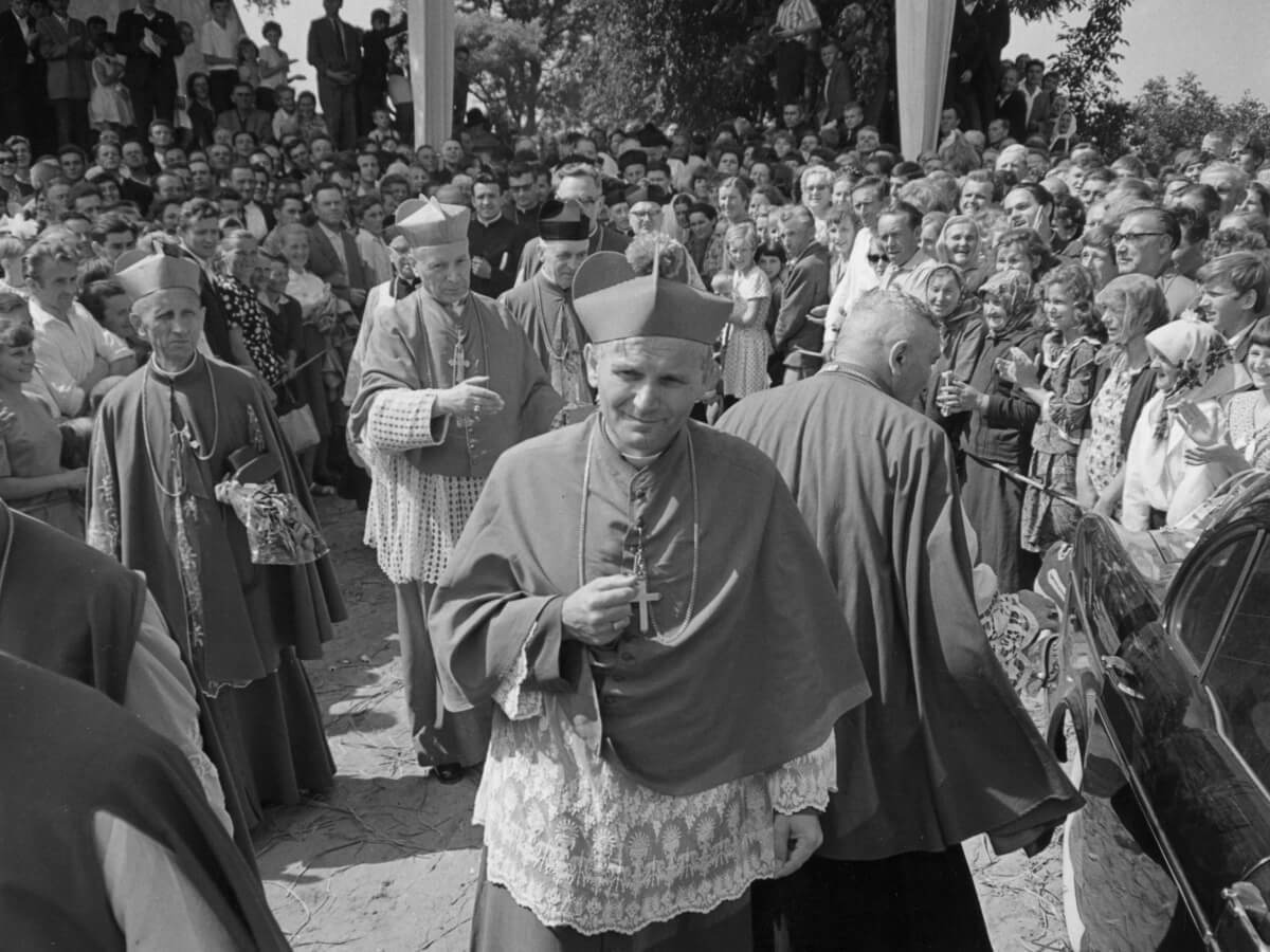 Arcybiskup Karol Wojtyła po zakończonej uroczystości obchodów tysiąclecia chrztu Polski w Kielcach i Wiślicy