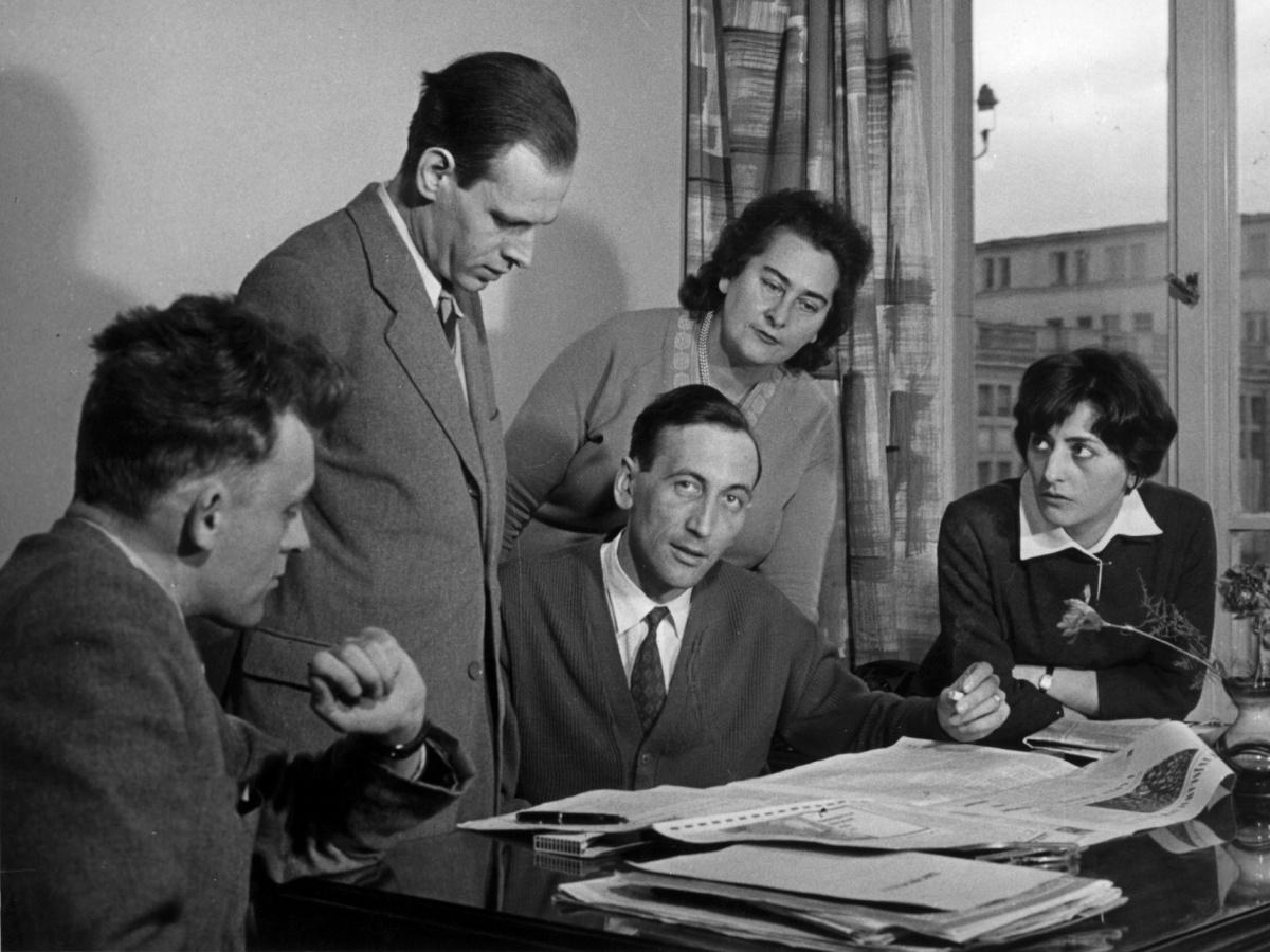 """Redakcja """"Więzi"""" w 1961 r. Od lewej: Wojciech Wieczorek, Juliusz Eska, Tadeusz Mazowiecki, maszynistka pani Rusek i Krystyna Wieczorek"""