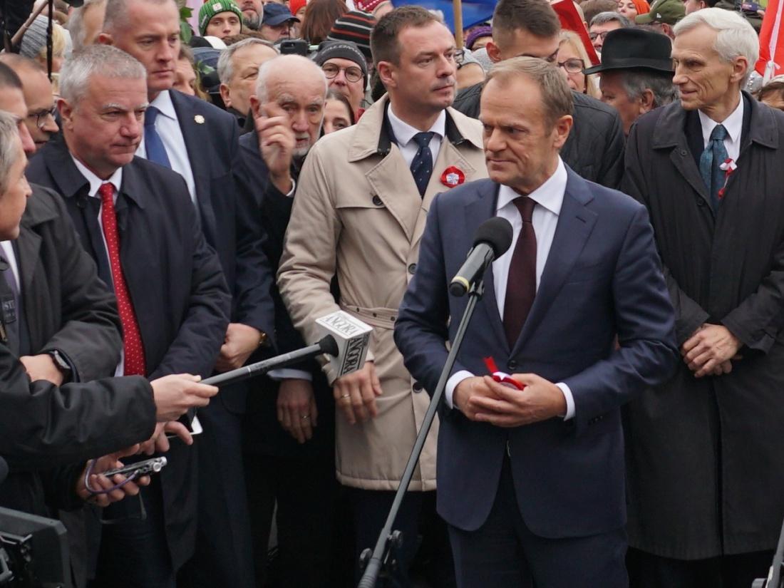Donald Tusk przed pomnikiem Józefa Piłsudskiego