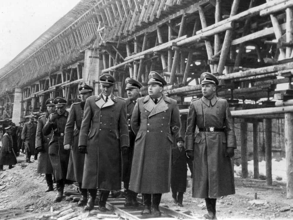 Władze Generalnej Guberni podczas zwiedzania budowy mostu na Dunajcu