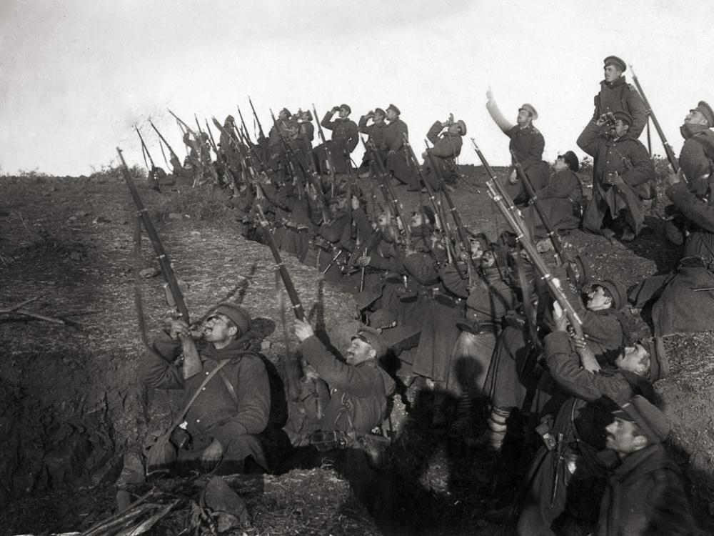 Pierwsza wojna światowa, bułgarscy żołnierze celują w zbliżający się samolot