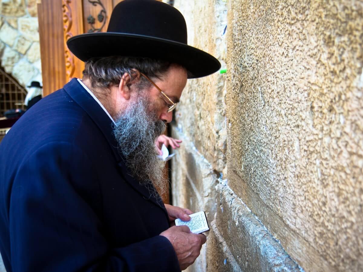 Mężczyzna modlący się przy Ścianie Płaczu w Jerozolimie