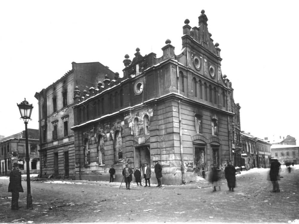 Synagoga Beit Chasidim spalona podczas pogromu. Lwów, 22 listopada 1918 r.