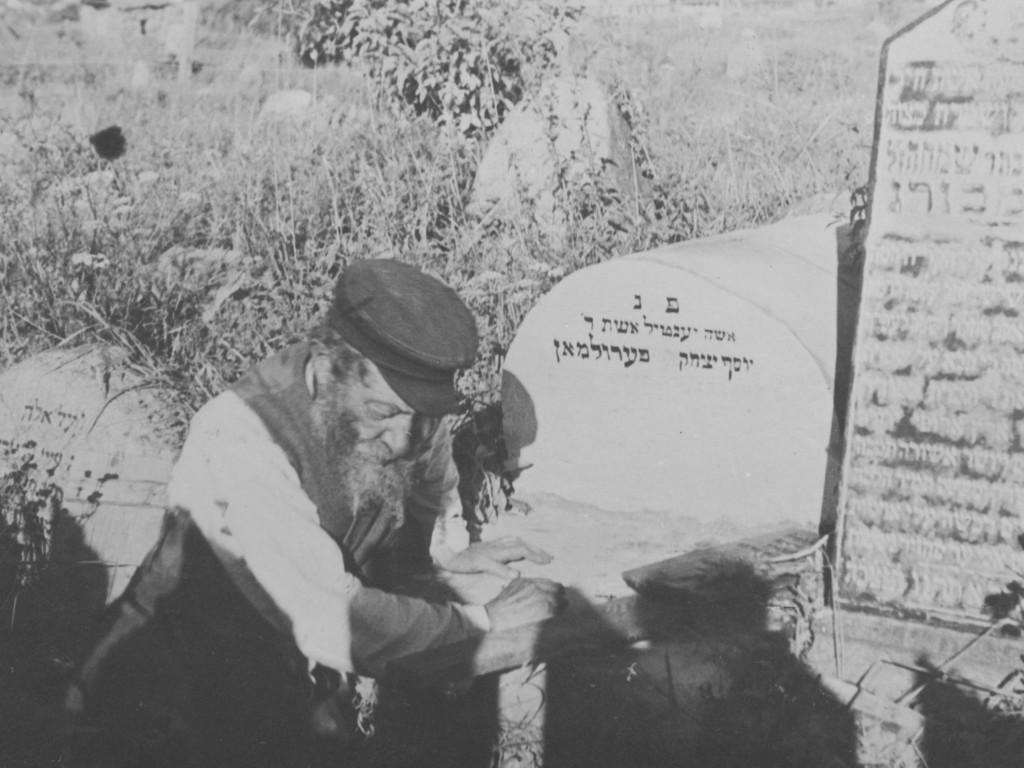 Żyd modlący się nad grobem