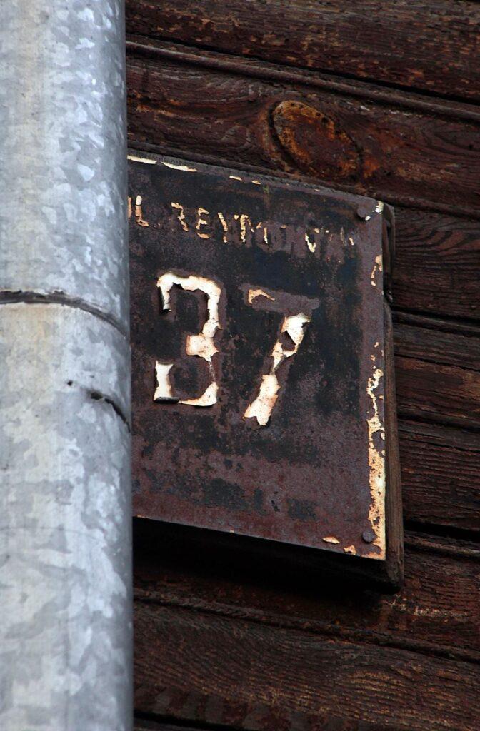 Przedwojenna tabliczka adresowa w Otwocku.