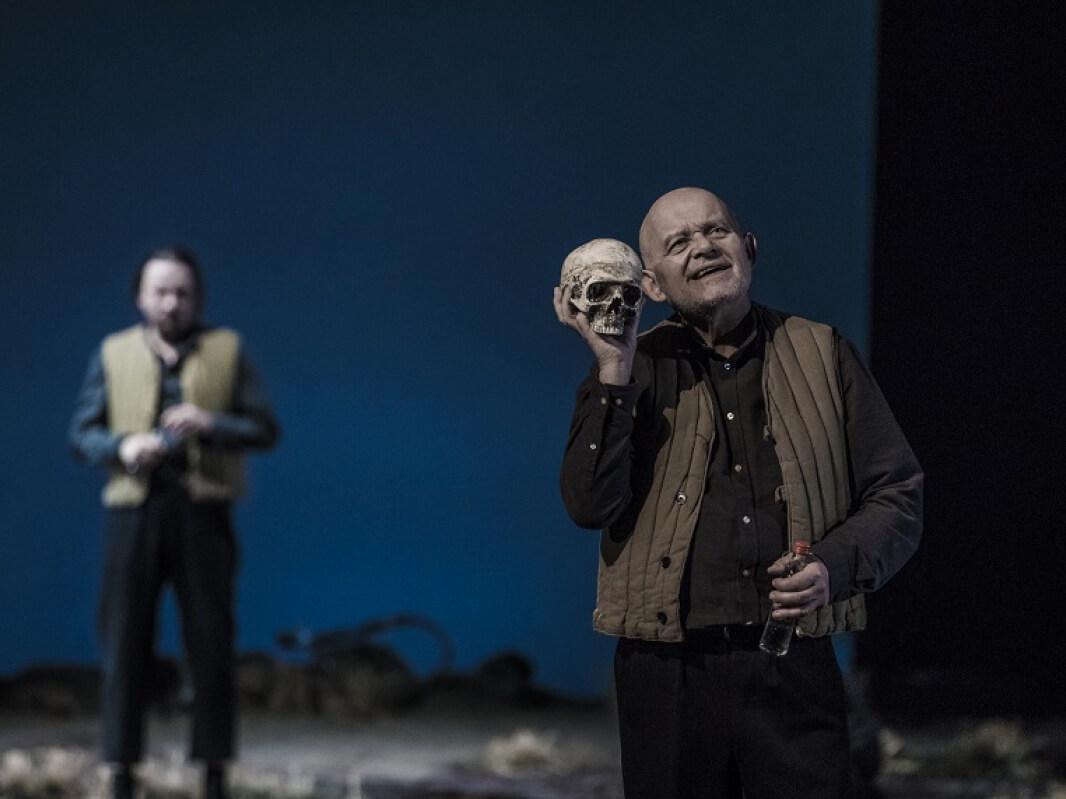 """Adam Ferency jako Pierwszy aktor/Aktor-Król/Grabarz. """"Hamlet"""" w reżyserii Tadeusza Bradeckiego"""