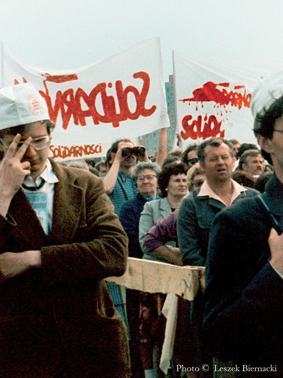Paweł Adamowicz (z lewej) podczas papieskiej mszy na gdańskiej Zaspie 12 czerwca 1987 r.