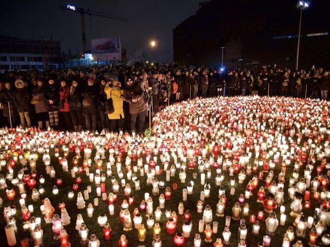 Gdańszczanie dla uczczenia pamięci zamordowanego prezydenta miasta Pawła Adamowicza układają ze zniczy ogromne serce