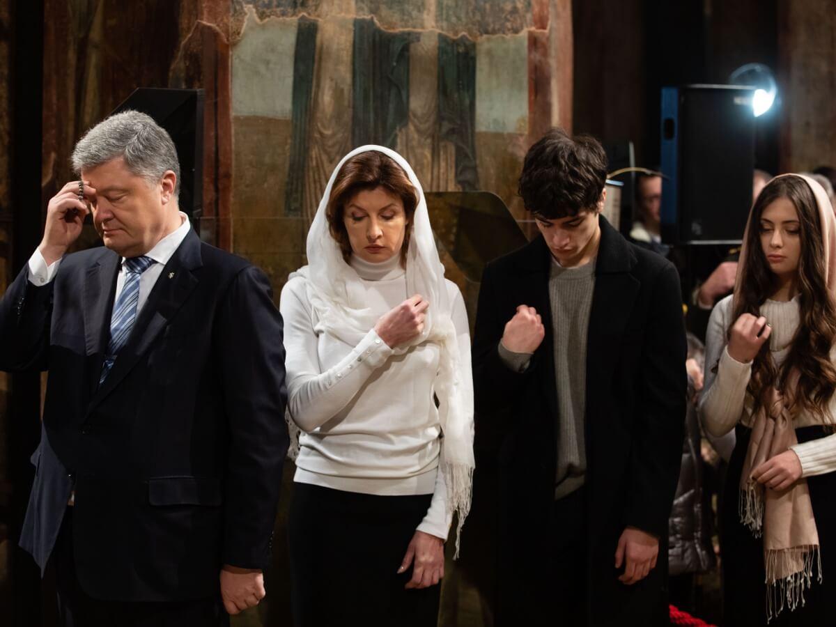 Prezydent Ukrainy Petro Poroszenko z rodziną podczas Liturgii Bożego Narodzenia w Soborze Mądrości Bożej w Kijowie 7 stycznia 2019 r.