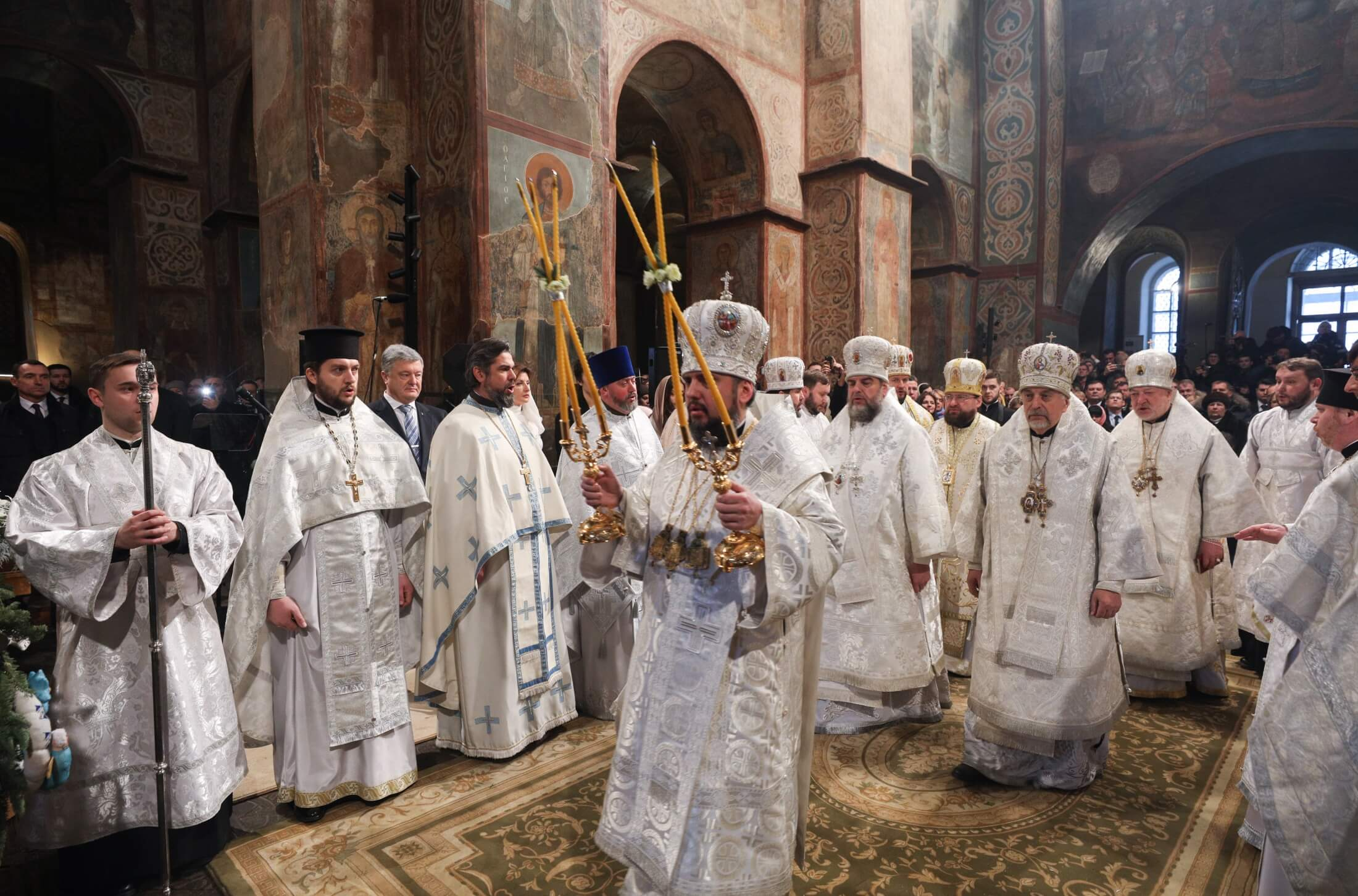 Metropolita Epifaniusz (w środku), zwierzchnik nowego, zjednoczonego Prawosławnego Kościoła Ukrainy, podczas Liturgii Bożego Narodzenia w Soborze Mądrości Bożej w Kijowie 7 stycznia 2019 r.