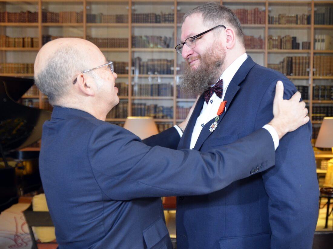Ambasador Francji w Polsce Pierre Lévy dekoruje Piotra Cywińskiego Orderem Narodowym Legii Honorowej