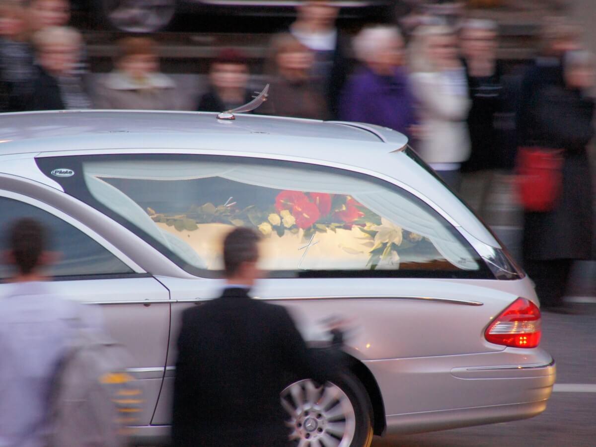 Przejazd konduktu z ciałami ofiar katastrofy smoleńskiej w szósty dzień żałoby narodowej, 15 kwietnia 2010 r.