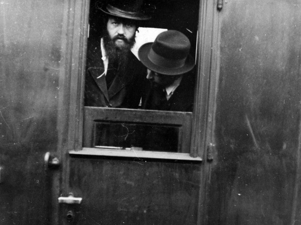 Dwóch nierozpoznanych Żydów z Bielska w oknie wagonu kolejowego