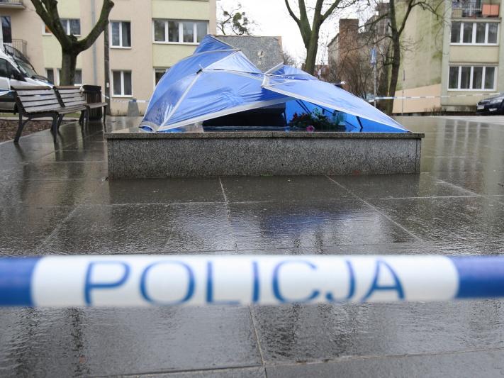 Sprawcy obalenia pomnika ks. Jankowskiego z zarzutami. Grozi im pięć lat więzienia