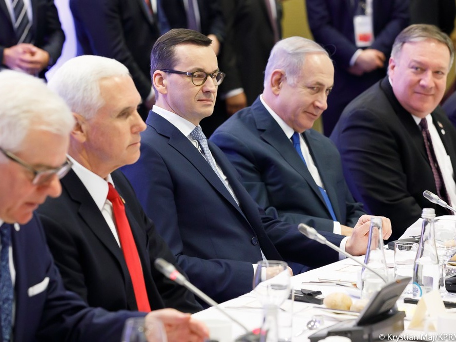 Od lewej siedzą szef polskiego MSZ Jacek Czaputowicz, wiceprezydent Stanów Zjednoczonych Mike Pence, premier Polski Mateusz Morawiecki, premier Izraela Benjamin Netanjahu i sekretarz stanu USA Mike Pompeo podczas konferencji w sprawie budowania pokoju i bezpieczeństwa na Bliskim Wschodzie