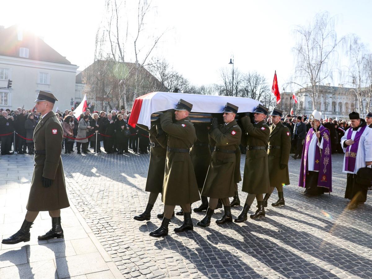 Uroczystości pogrzebowe Jana Olszewskiego przed pomnikiem Powstania Warszawskiego na placu Krasińskich 16 lutego 2019 r.
