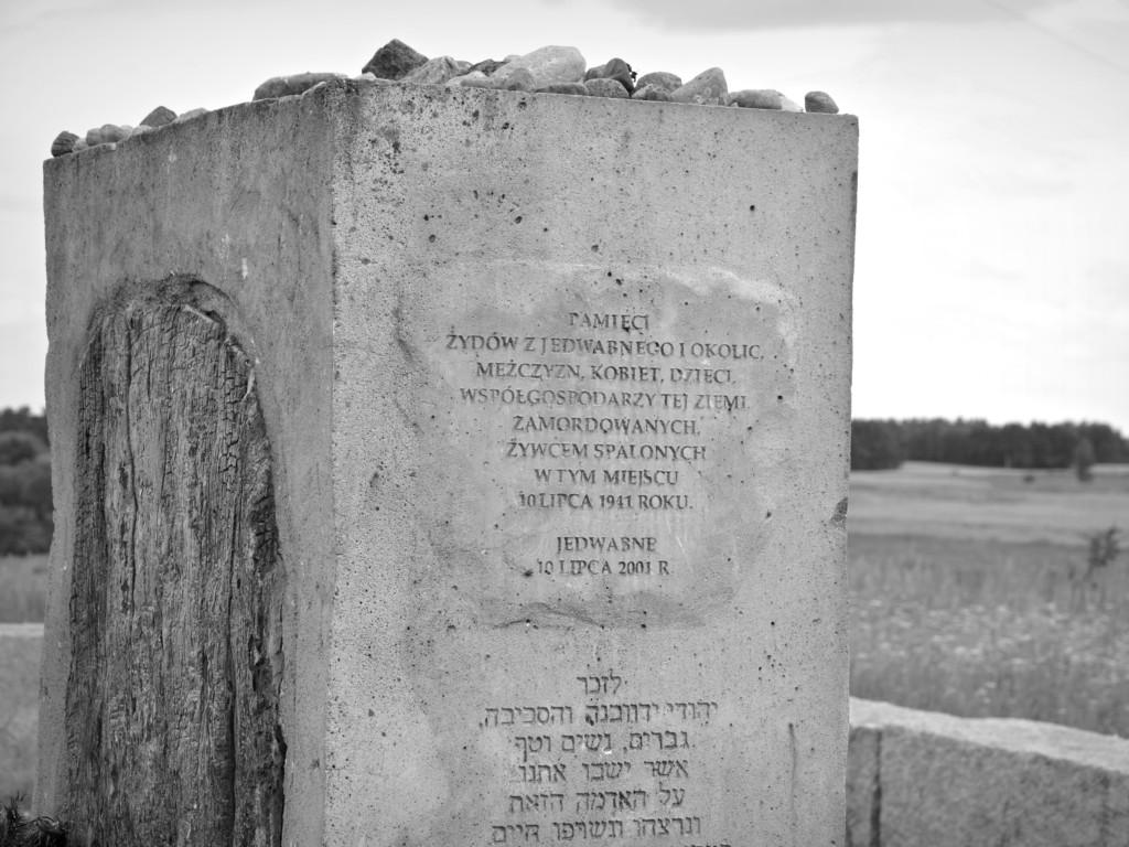 Fragment pomnika upamiętniającego pomordowanych Żydów z Jedwabnego