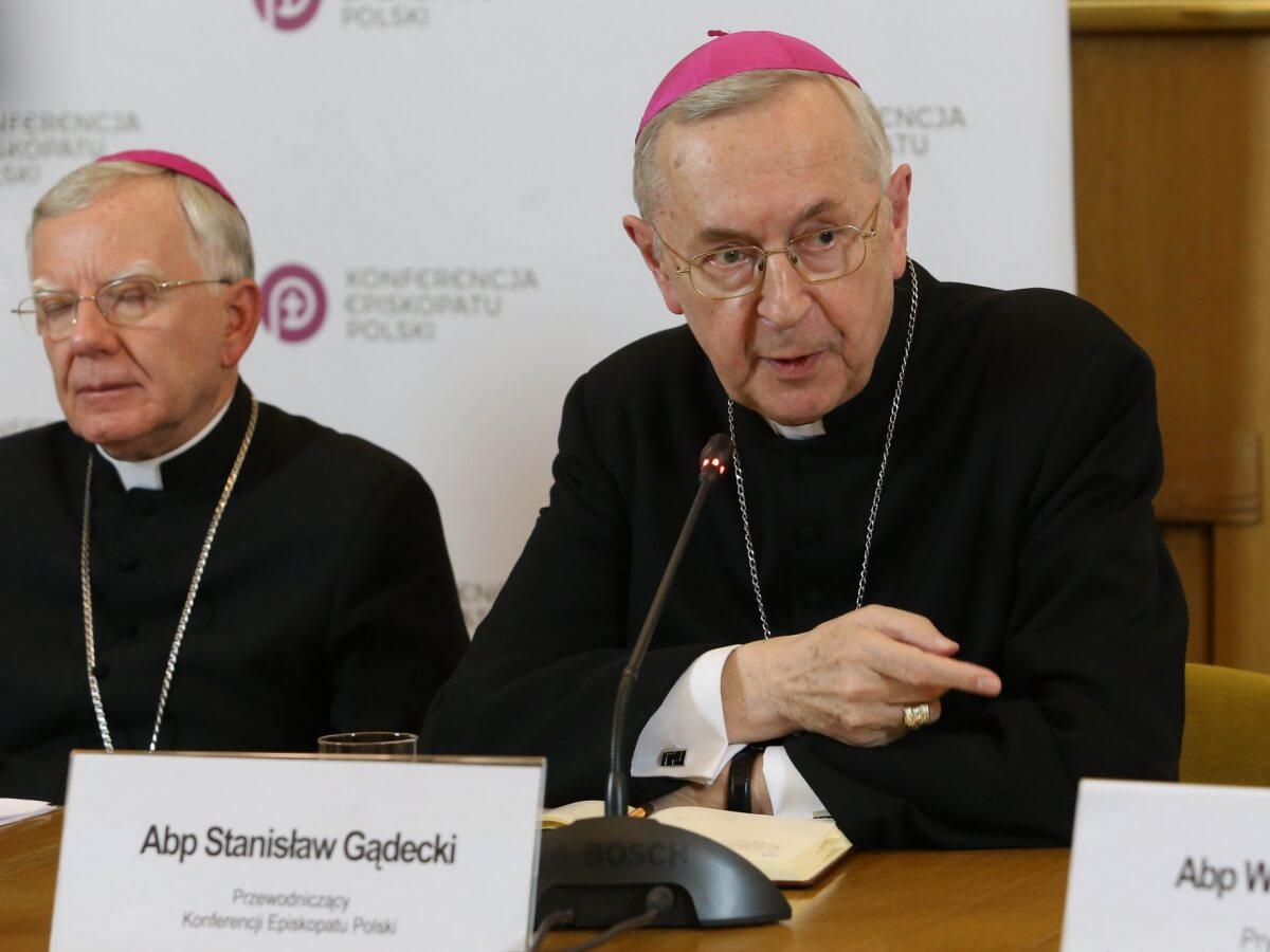 Arcybiskupi (od lewej) Marek Jędraszewski i Stanisław Gądecki podczas konferencji prasowej towarzyszącej opublikowaniu danych statystycznych, dotyczących przypadków wykorzystywania seksualnego dzieci i młodzieży przez niektórych duchownych. Warszawa, 14 marca 2019 r.