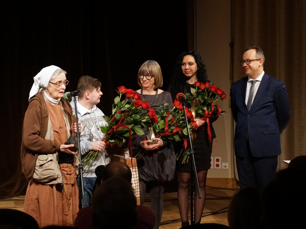 S. Małgorzata Chmielewska z przybranym synem, Ewa Kulik-Bielińska, Katarzyna Przybysławska oraz Adam Bodnar podczas wręczenia nagrody Rzecznika Praw Obywatelskich