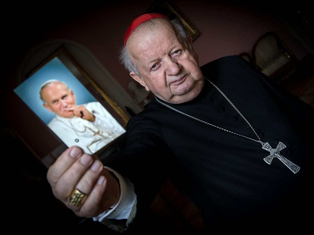 Kardynał Stanisław Dziwisz w pokoju okna papieskiego w Pałacu Biskupim w Krakowie
