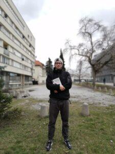 Marcel Woźniak, autor tekstu, przy ulicy Trębackiej 3, 2018 r.