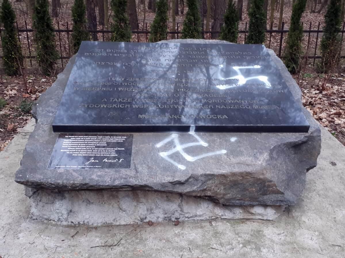 Swastyki na kamieniu pamięci Żydów otwockich