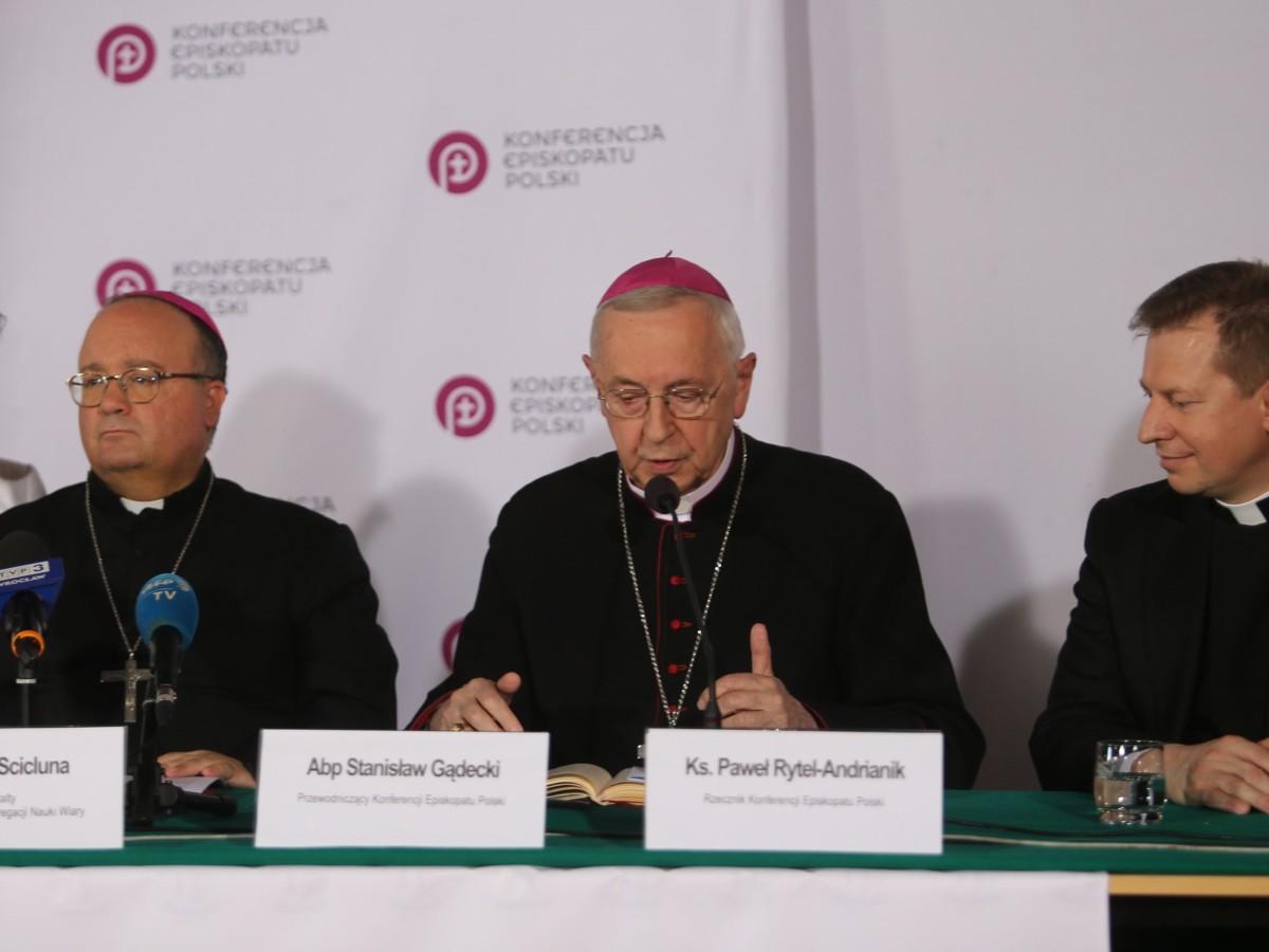 Abp Charles Scicluna, abp Stanisław Gądecki i ks. Paweł Rytel-Andrianik