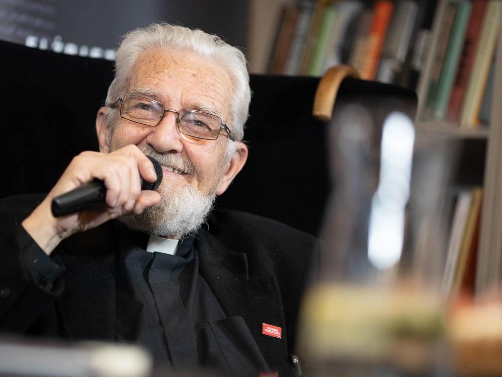 """Intymny portret człowieka w drodze. 1 czerwca premiera dokumentu o ks. Adamie Bonieckim """"xABo"""""""