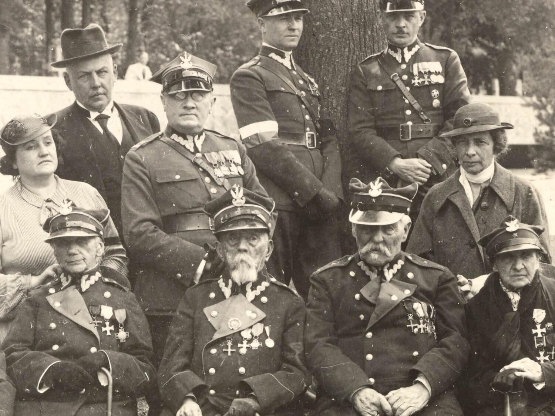 Weterani powstania 1863 r. podczas uroczystości złożenia urny z sercem Józefa Piłsudskiego na cmentarzu na Rossie w Wilnie 12 maja 1936 r.