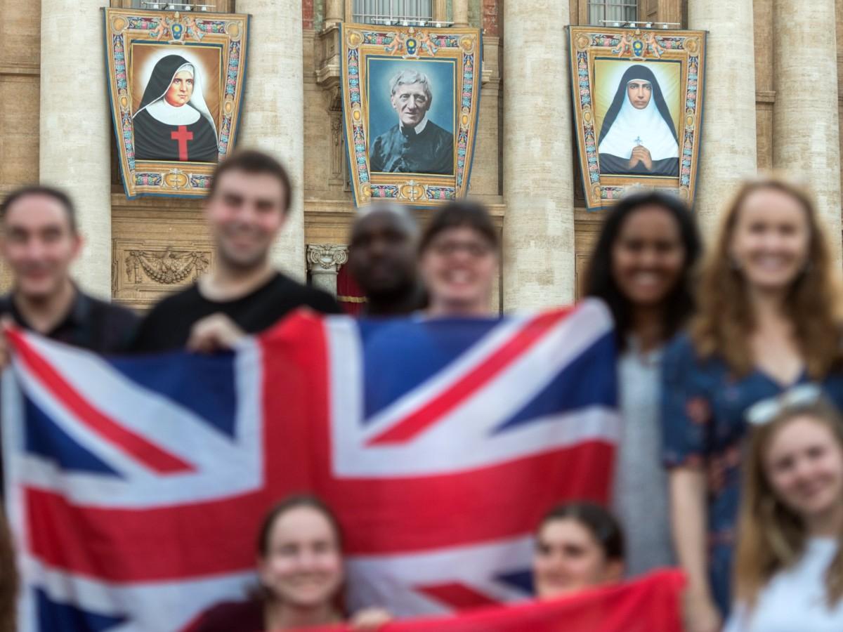 Brytyjska młodzież w Rzymie przed kanonizacją kard. J. Newmana.