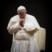 Papież całuje ręce kapłanów, obejmuje ludzi. Dlaczego nie nosi maseczki?