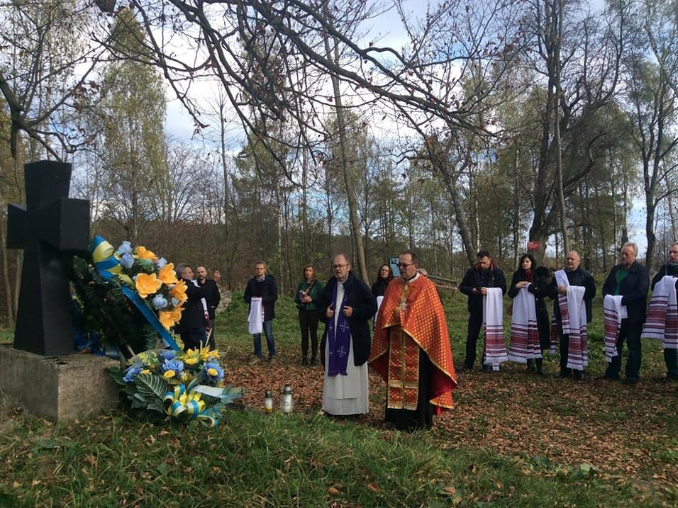 Duchowni obrządków greckokatolickiego i katolickiego, ksiądz Jan Tarapacki i dominikanin, ojciec Tomasz Dostatni podczas modlitwy na ukraińskich cmentarzach Monasterz i Werchrata