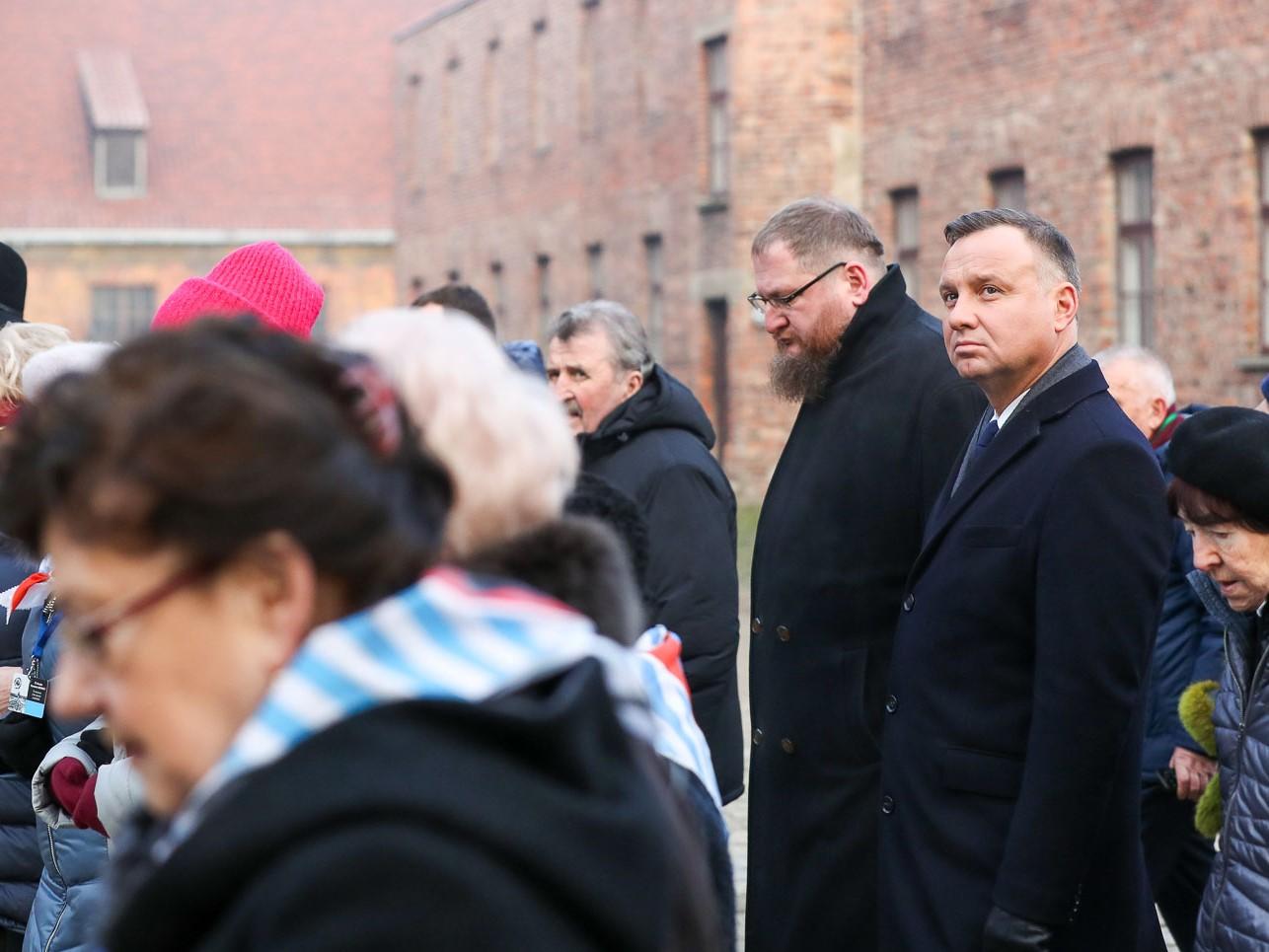 Przejście byłych więźniów, ich opiekunów oraz prezydenta Andrzeja Dudę i dyrektora Muzeum Auschwitz-Birkenau Piotra Cywińskiego przed Ścianę Śmierci 27 stycznia 2020 roku