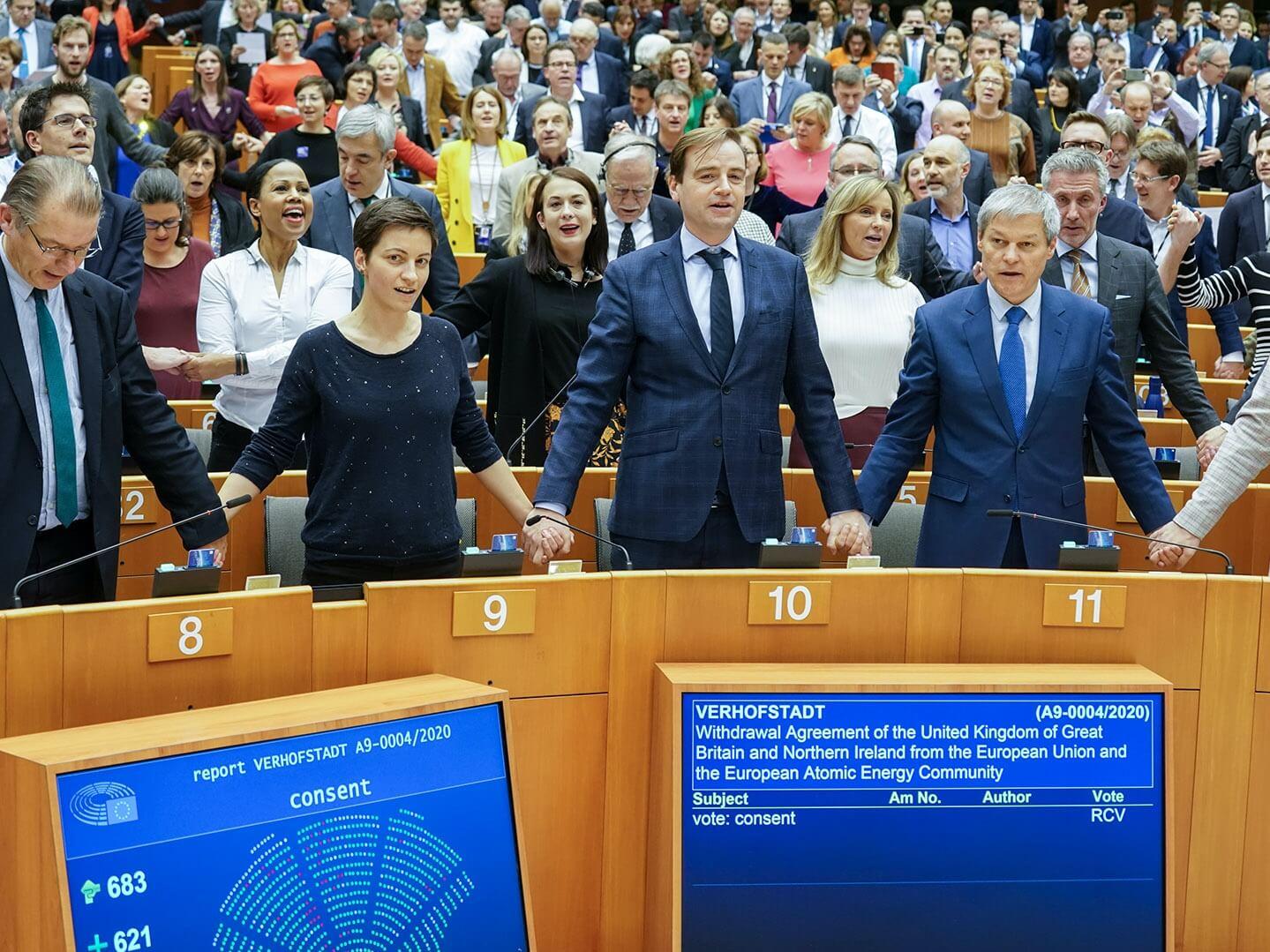 """Europosłowie śpiewają """"Auld Lang Syne"""" po zaakceptowaniu umowy o wyjściu Wielkiej Brytanii z Unii Europejskiej. Bruksela, 29 stycznia 2020 r."""