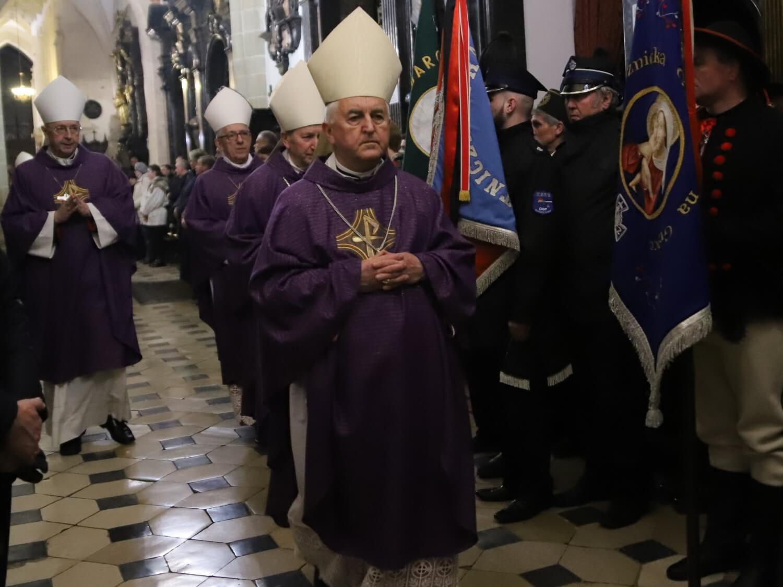 Bp Jan Szkodoń podczas mszy pogrzebowej za bp. Tadeusza Pieronka