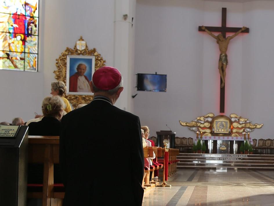 Modlący się biskup