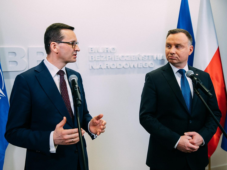Premier Mateusz Morawiecki (z lewej) i prezydent Andrzej Duda podczas spotkania rządowego zespołu zarządzania kryzysowego z udzialem prezydenta