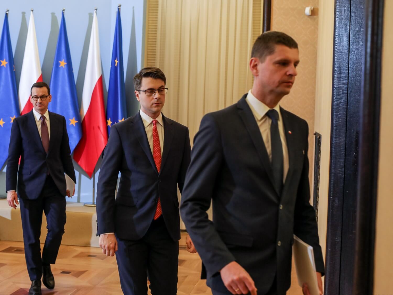 Od lewej premier Mateusz Morawiecki, rzecznik rządku Piotr Müller oraz minister edukacji narodowej Dariusz Piontkowski. Warszawa, 20 marca 2020 r.