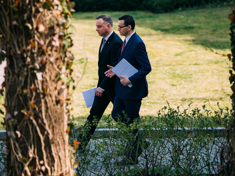 Prezydent Andrzej Duda (z lewej) i premier Mateusz Morawiecki po posiedzeniu Rady Gabinetowej