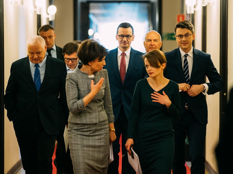 Uczestnicy konferencji prasowej o tzw. tarczy antykryzysowej. W środku premier Mateusz Morawiecki