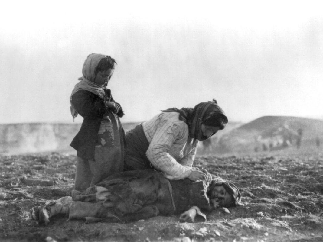 Ormianka klęcząca obok martwego dziecka w okolicach Aleppo