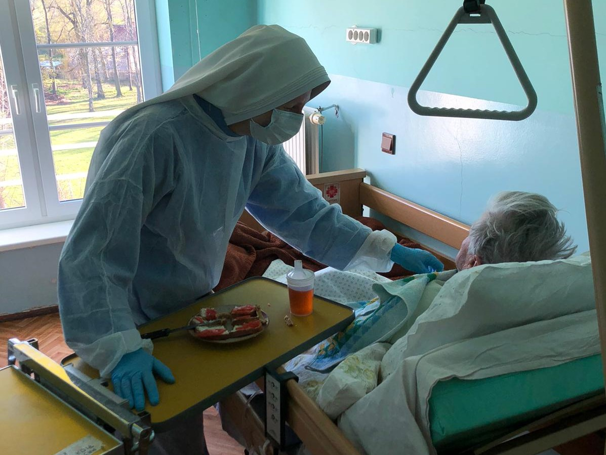 Siostra posługująca na oddziale zamkniętym w Zakładzie Opiekuńczo-Leczniczym Caritas w Jeleniej Górze