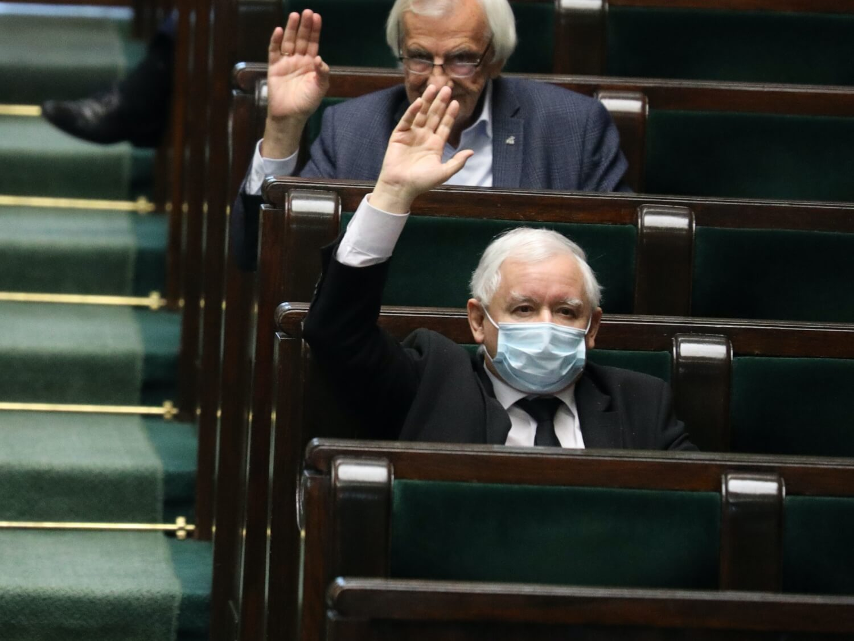Prezes Prawa i Sprawiedliwości Jarosław Kaczyński (z przodu) i przewodniczący klubu parlamentarnego PiS, wicemarszałek Sejmu Ryszard Terlecki podczas posiedzenia Sejmu 7 maja 2020 r.