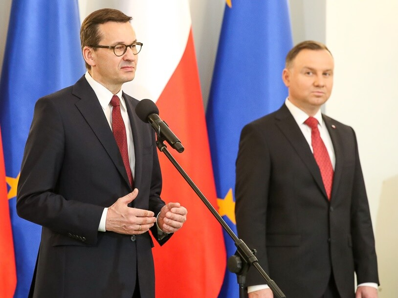 Premier Mateusz Morawiecki (z lewej) i prezydent Andrzej Duda podczas uroczystego podpisania nowej Strategii Bezpieczeństwa Narodowego Rzeczypospolitej Polskiej